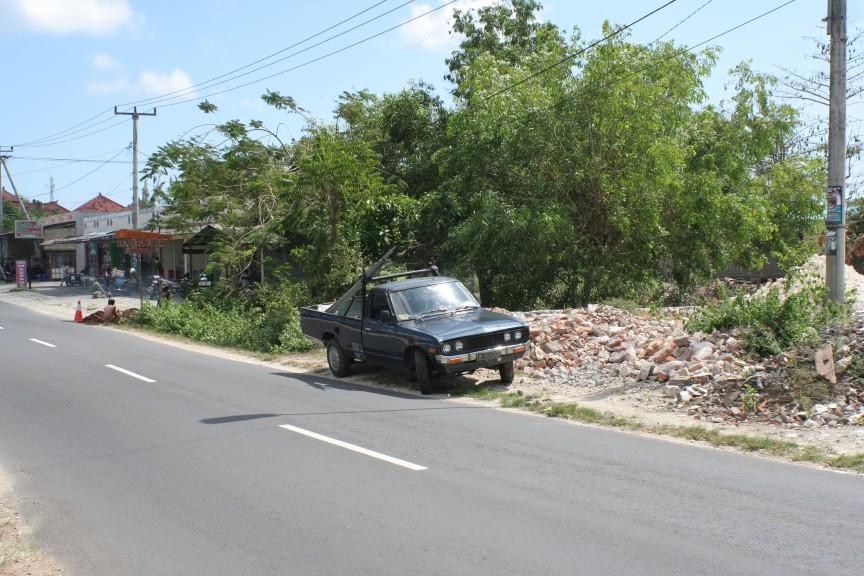 Bali: lonely Datsun 620 pickup - Banpei.net